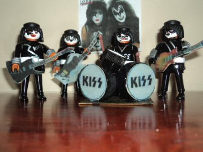 20101017225413-kiss-playmovil-001.jpg